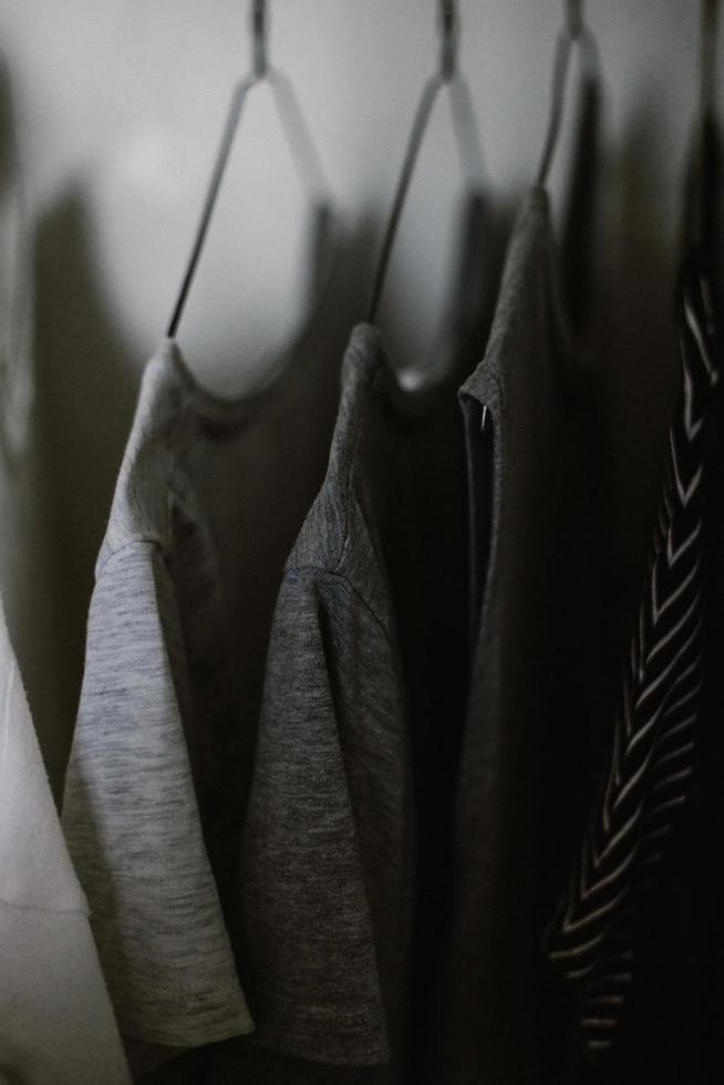 messa a fuoco selettiva di appendere magliette grigie foto