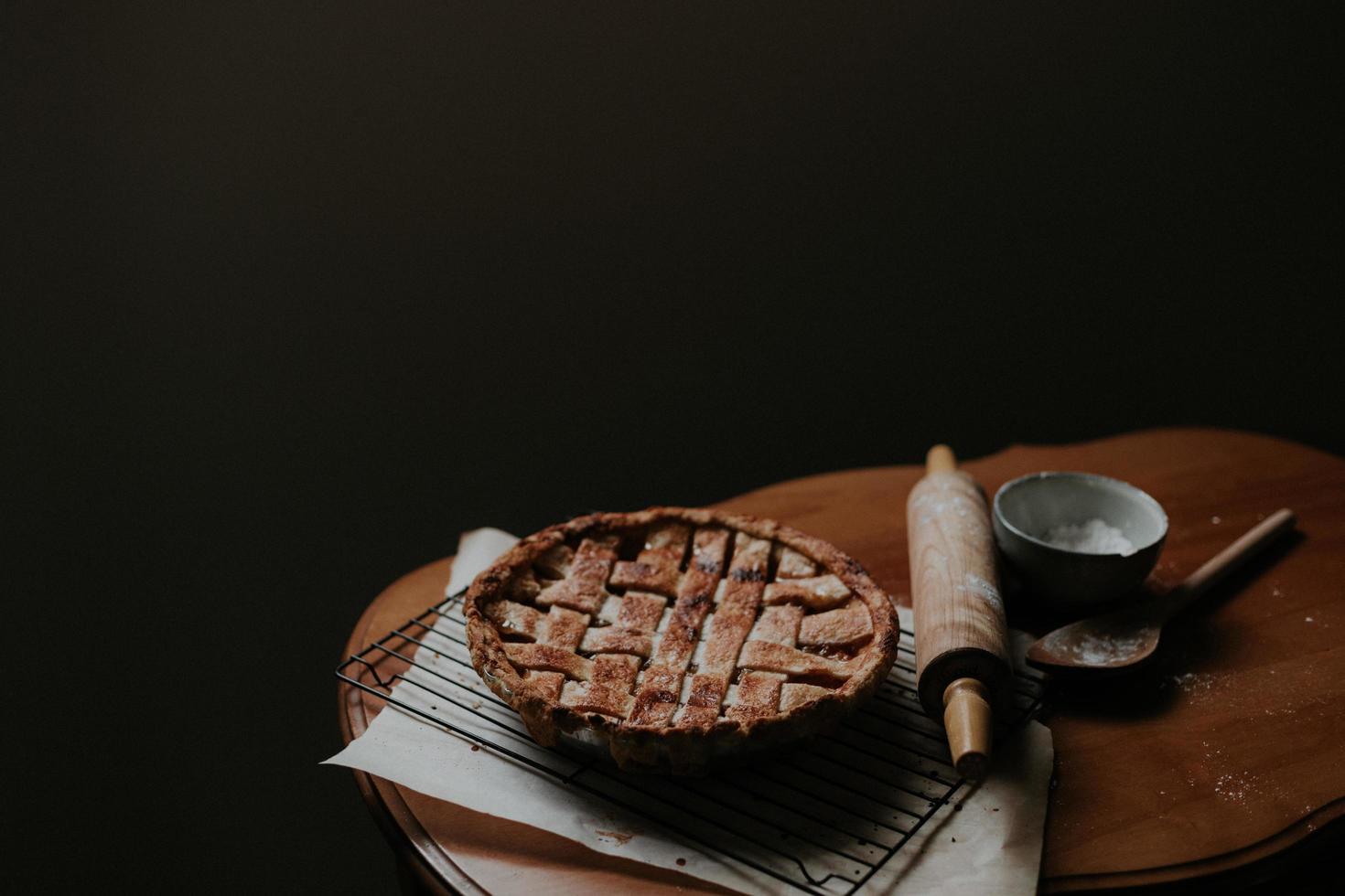 torta al forno sul tavolo su sfondo nero foto