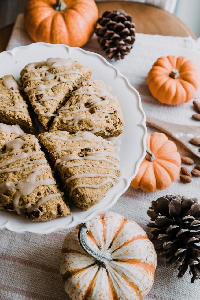 biscotti al forno sul piatto in ceramica bianca foto