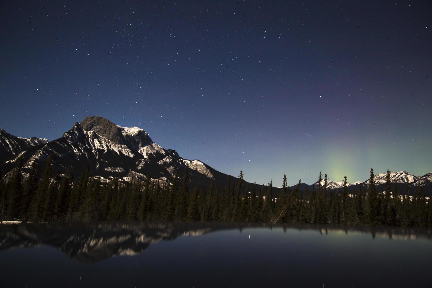 aurora boreale incandescente nel parco nazionale di Jasper di notte foto