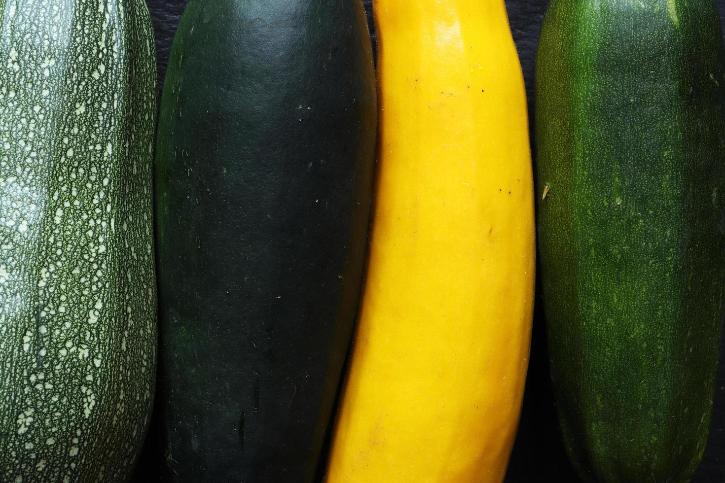 quattro varietà di zucchine da vicino foto