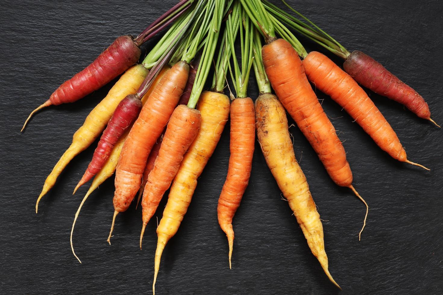 un mucchio di carote colorate foto