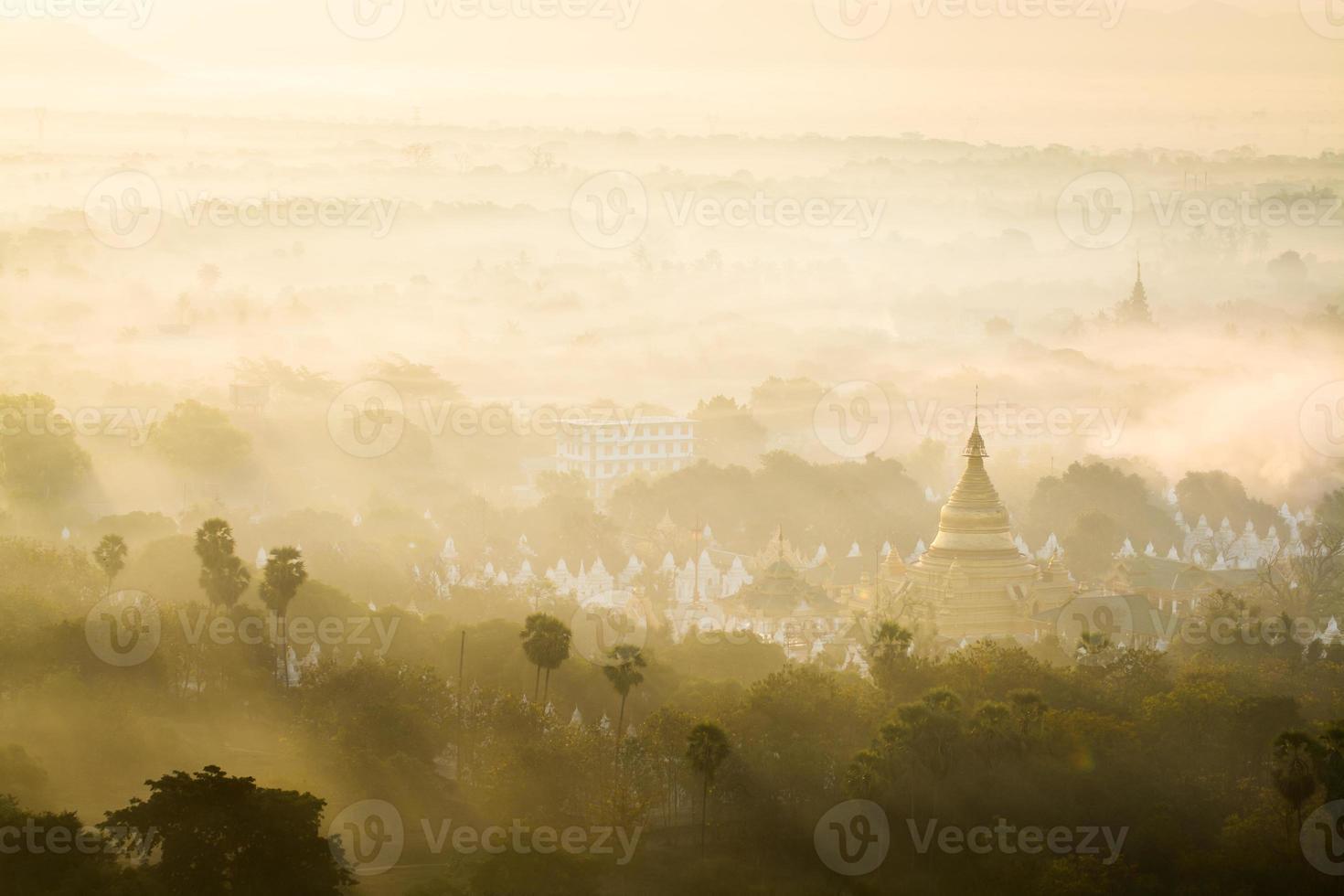 pagoda sulla nebbia foto