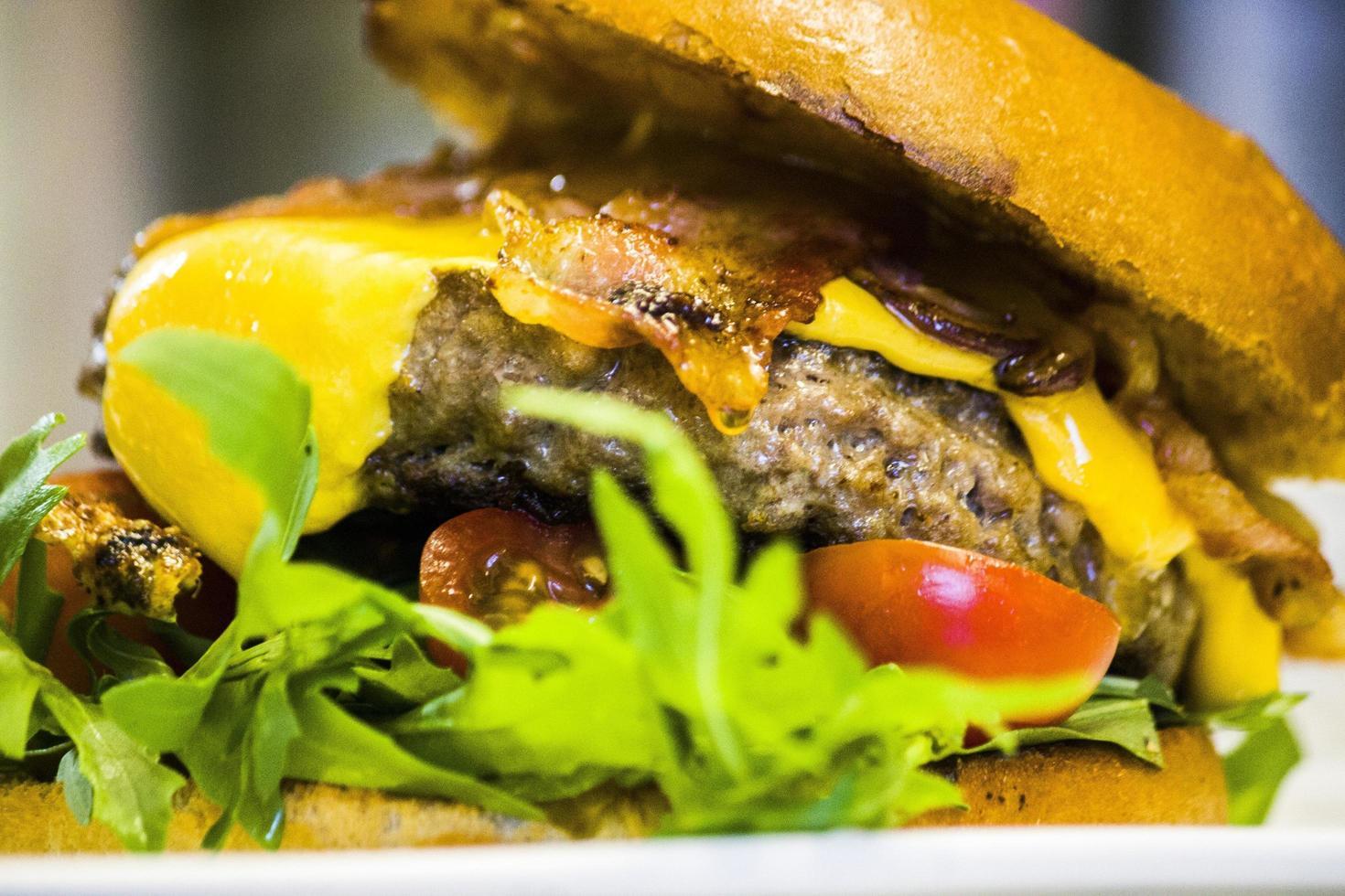 primo piano di un cheeseburger foto