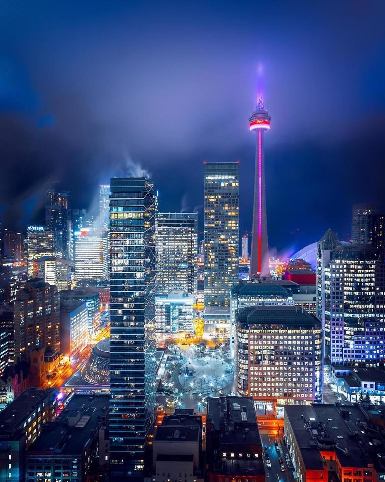 skyline della città illuminata foto
