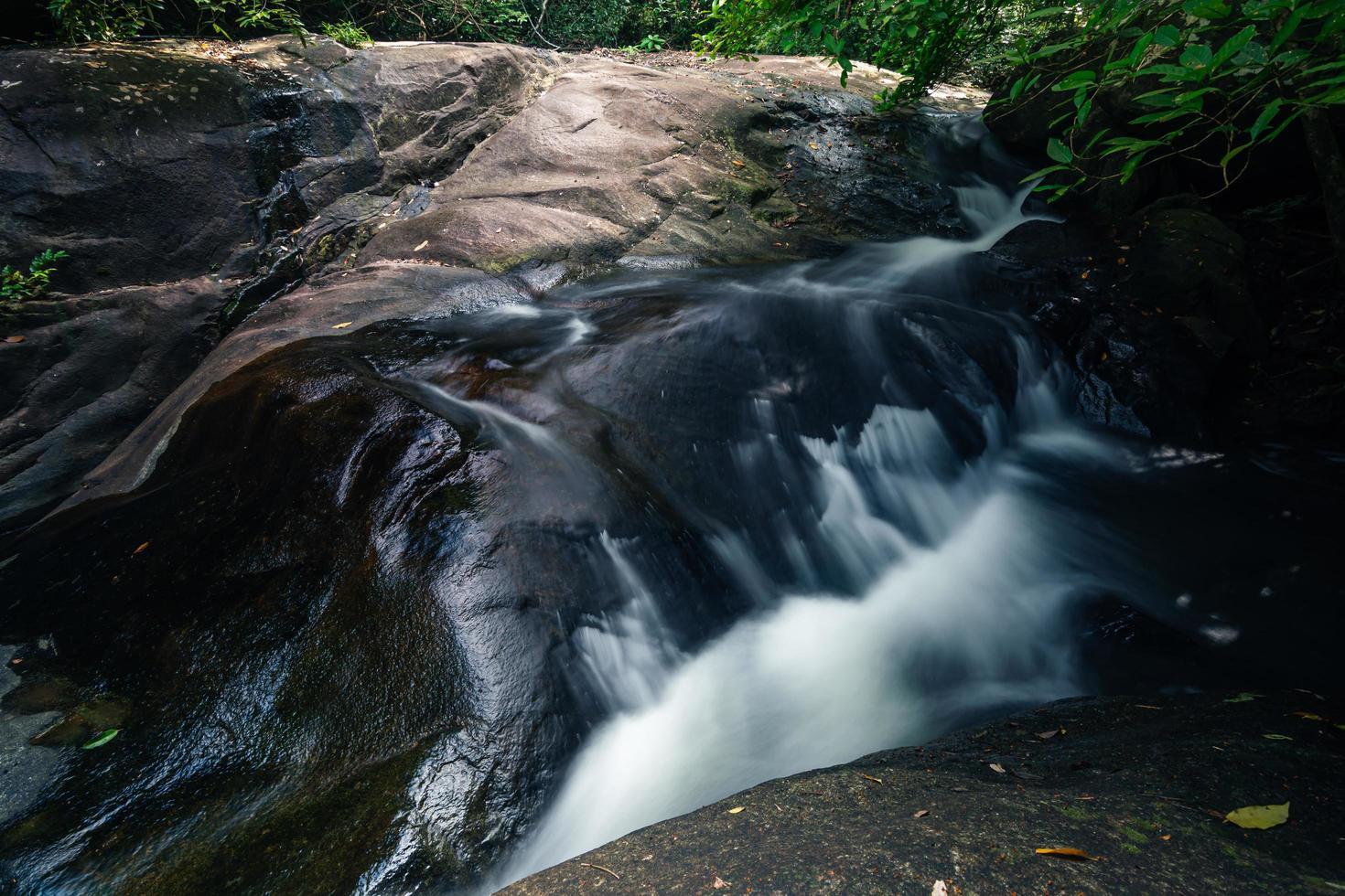 cascata di khlong pla kang in thailandia foto