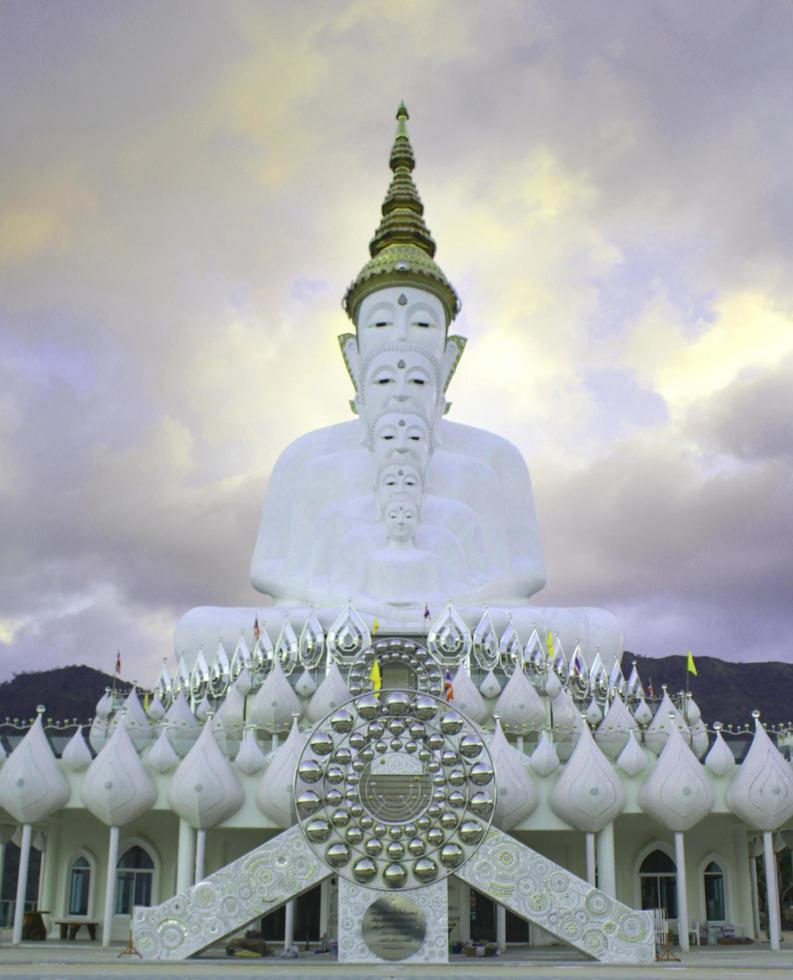 statue di buddha davanti al cielo in wat phra thart pha kaew foto