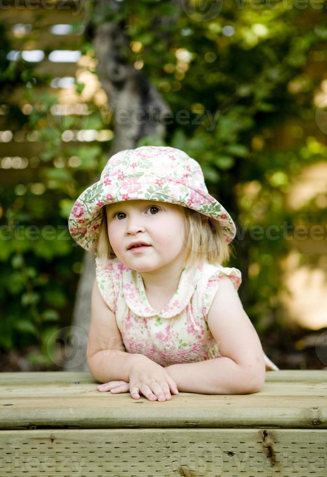 bambina che pensa in panchina foto