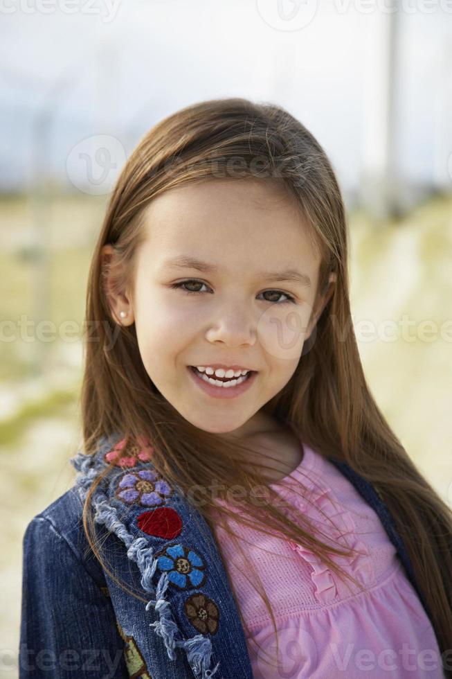 ragazza (7-9) sorridente, all'aperto, ritratto foto