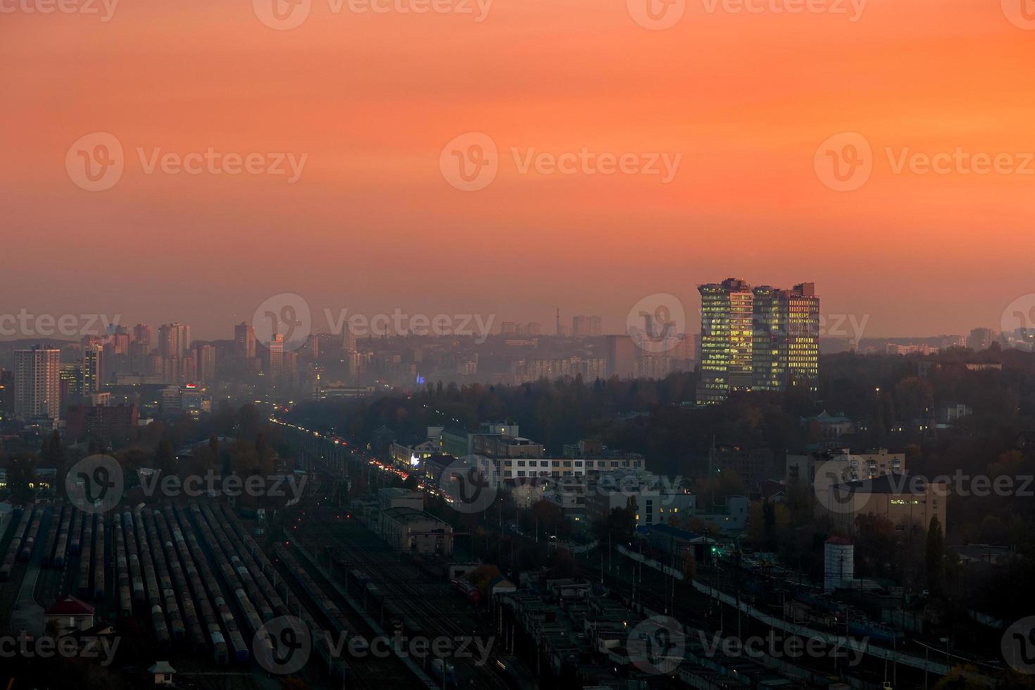 skyline della città di Kiev al tramonto foto