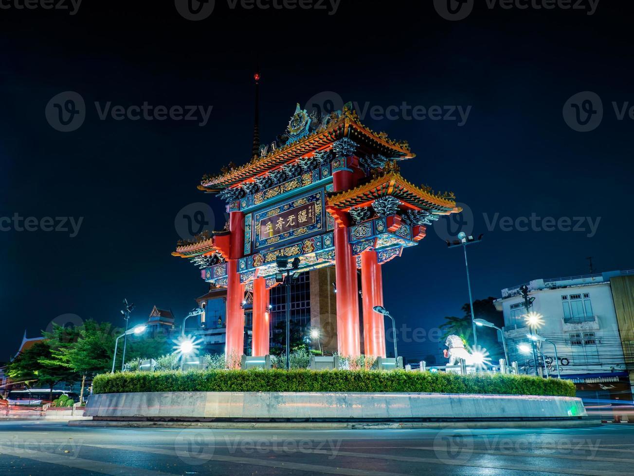 il gateway arch (odeon circle), punto di riferimento di chinatown bangkok thailand foto