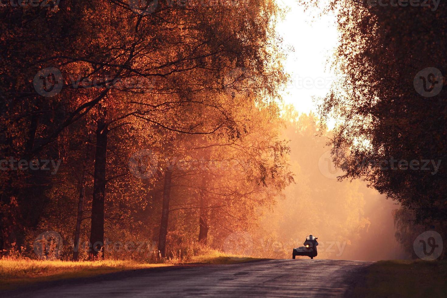 tramonto sulla strada autunnale, i raggi di luce, il viaggio foto