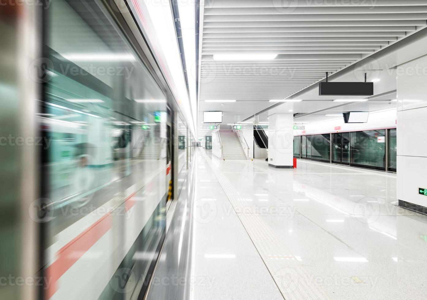 treno in rapido movimento alla stazione della metropolitana foto