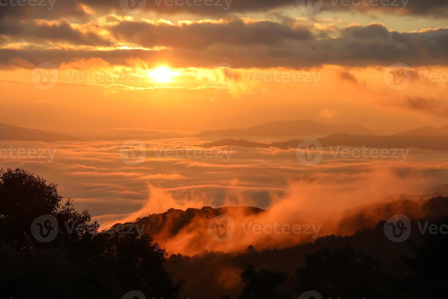 nebbia mattutina con la montagna all'alba. foto