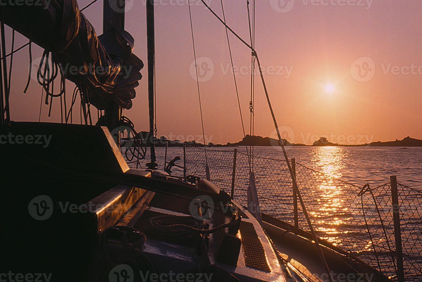 coucher de soleil sur un voilier au mouillage foto