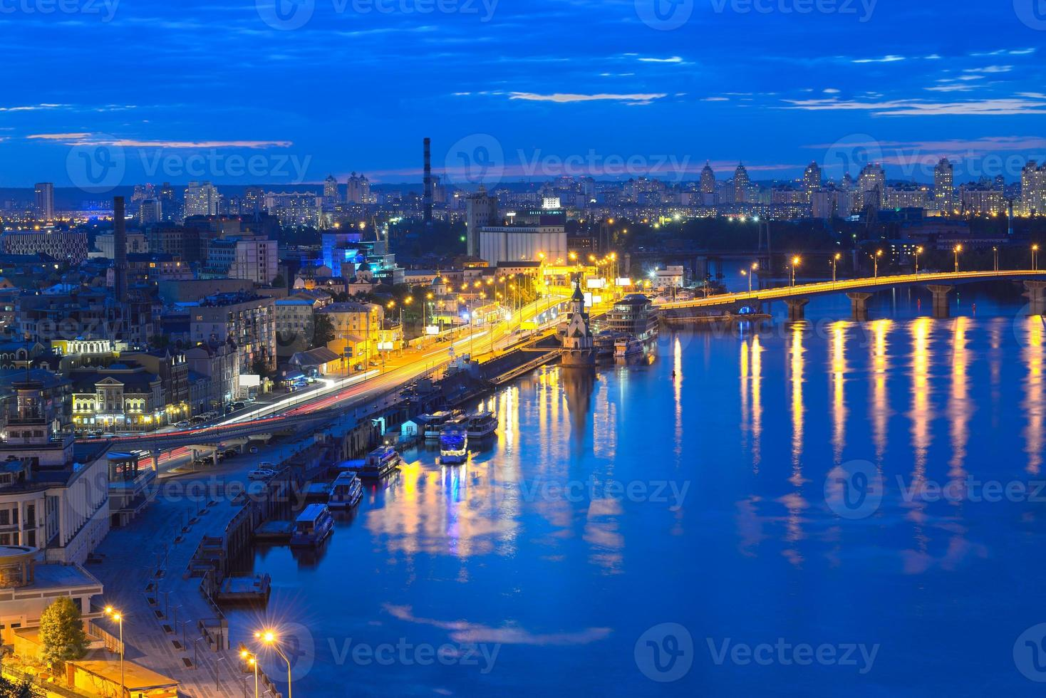 panorama notturno di kiev foto