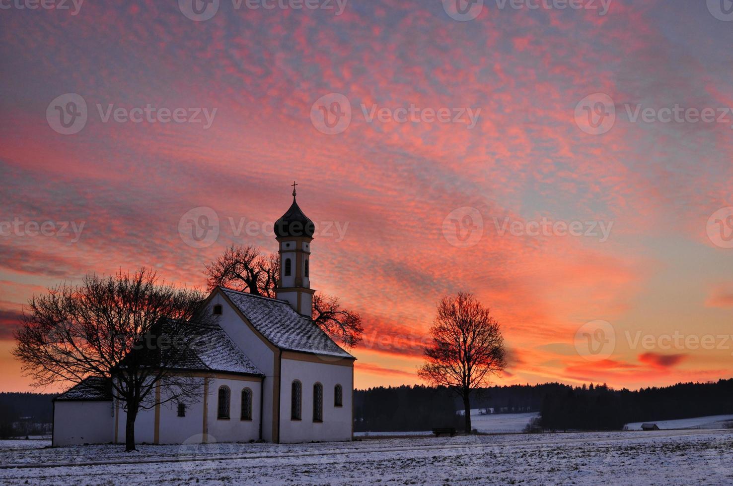 chiesa bavarese tradizionale al sunrinse foto