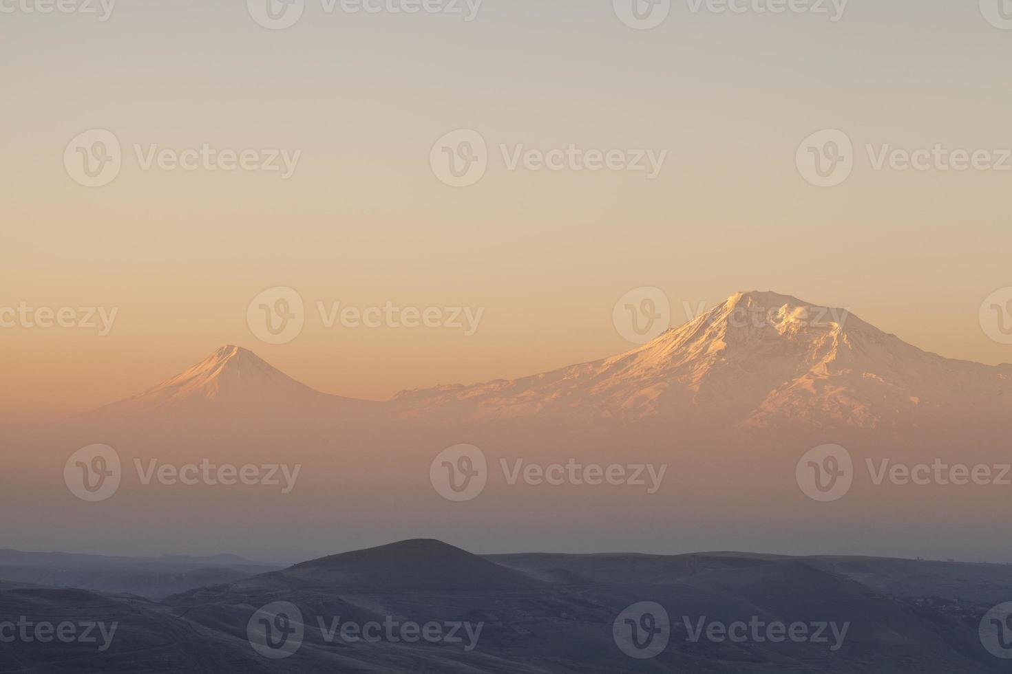 montagna ararat al tramonto foto