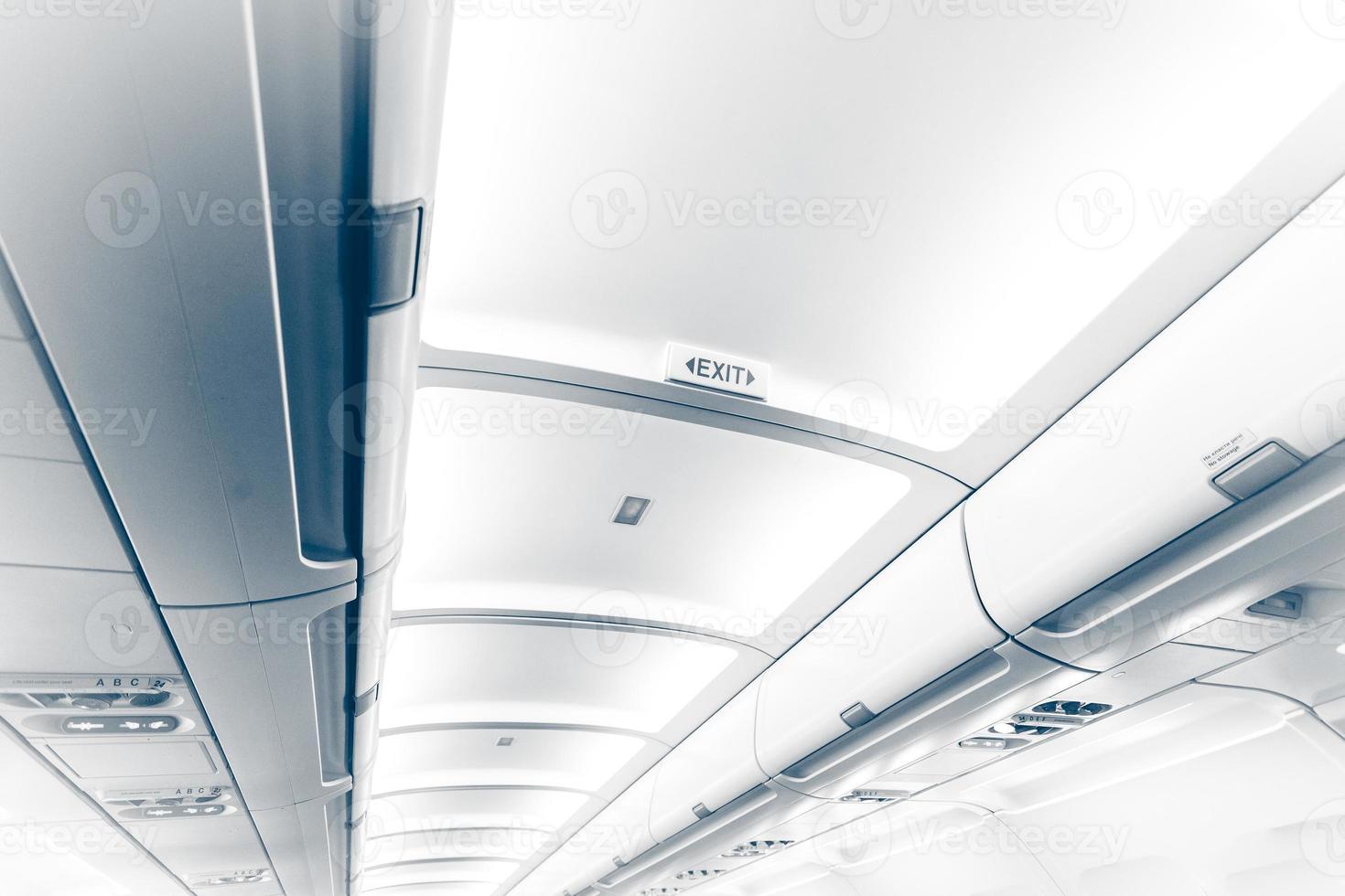 lungo soffitto in aereo con segnale di uscita foto