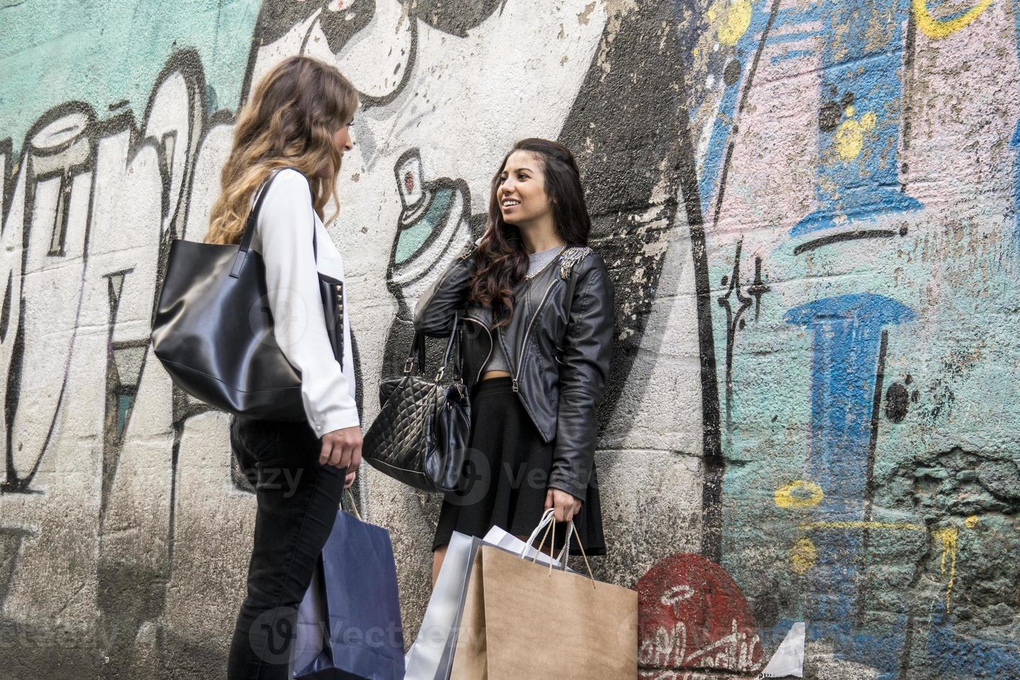 due ragazze parlano e camminano foto