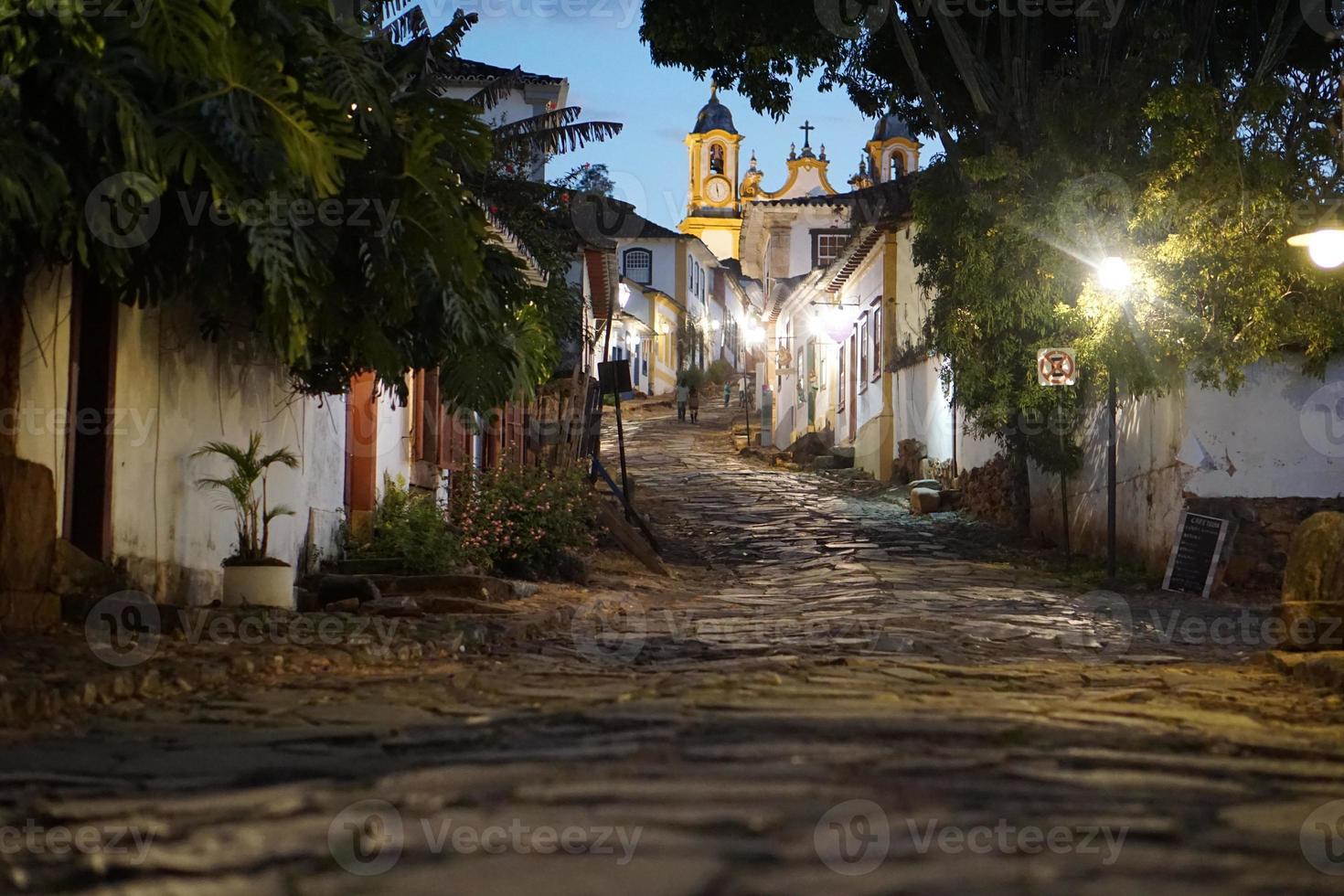 la strada che sale ad una chiesa foto