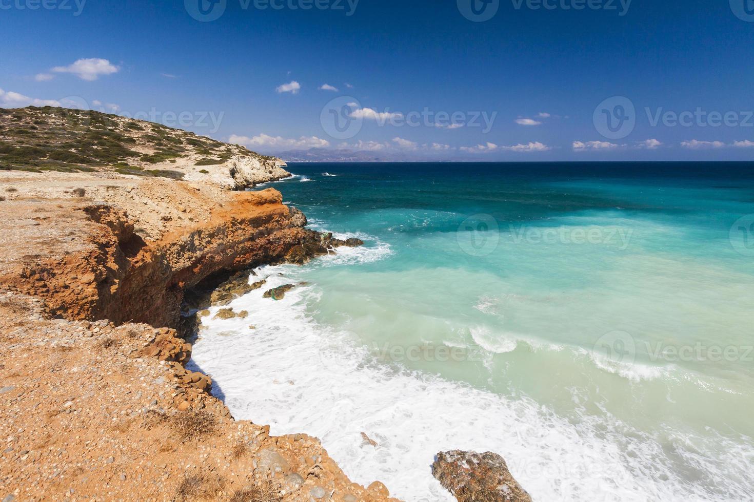 vista della bellissima baia azzurra e spiaggia sulla Grecia foto