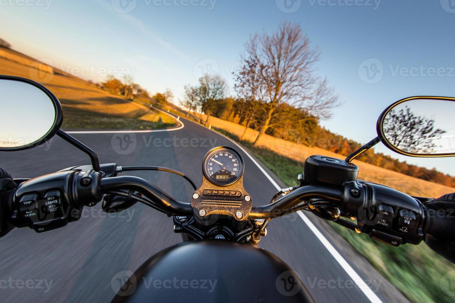 la vista sul manubrio della moto foto