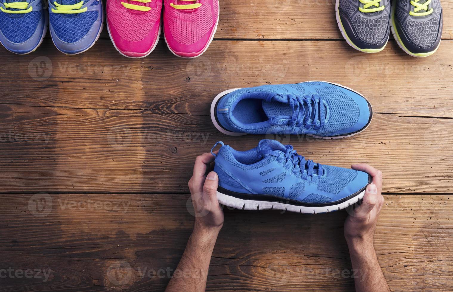 scarpe da corsa sul pavimento foto