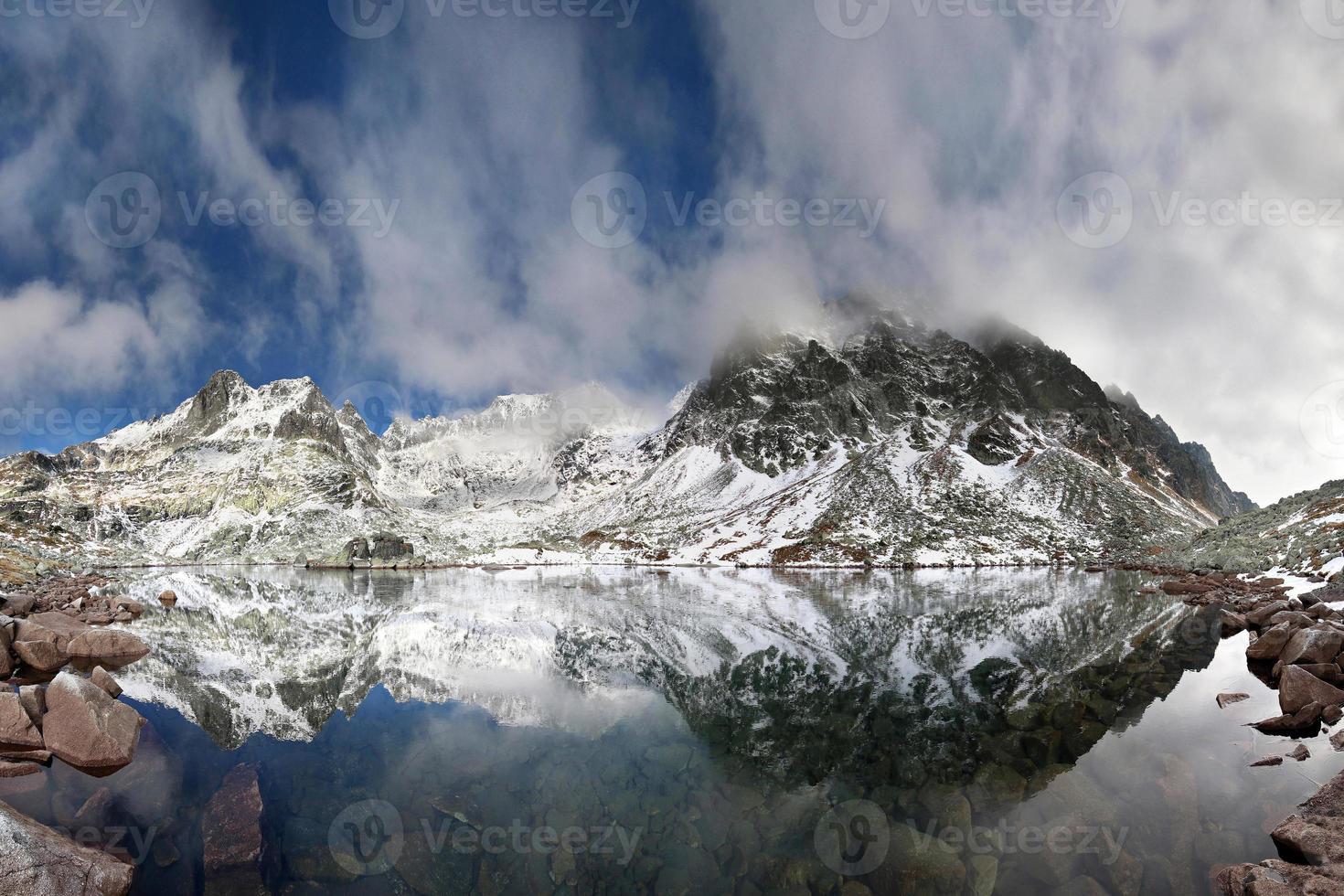 lago cristallino nelle montagne rocciose foto