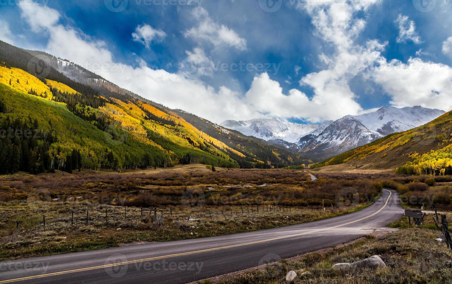 colorata caduta panoramica in auto vicino ad Aspen, Colorado foto