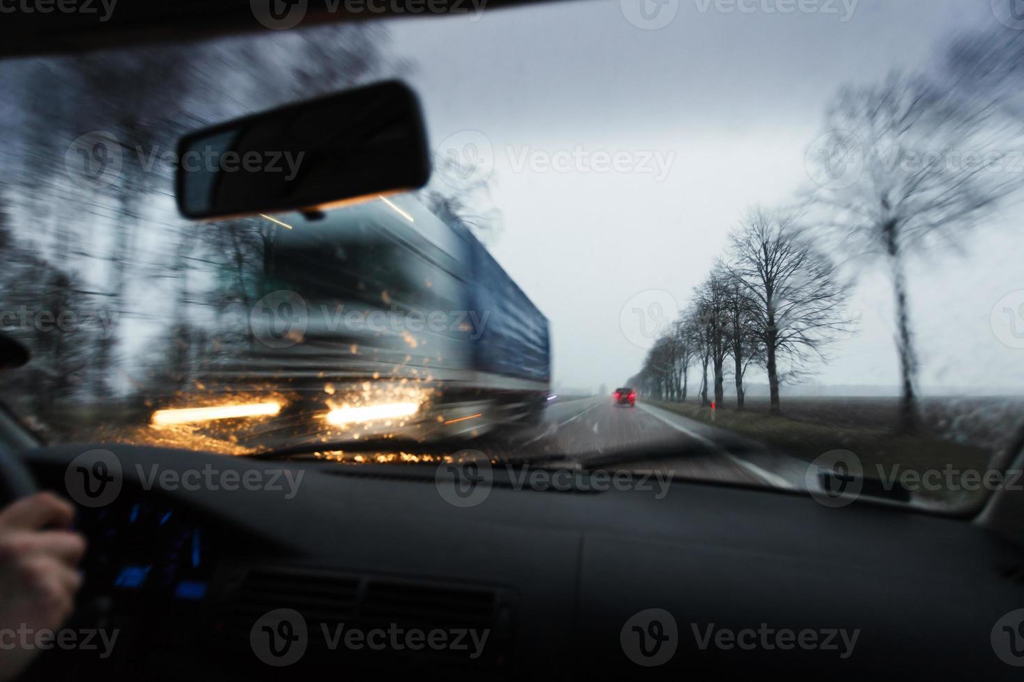 guidare un'auto in condizioni meteorologiche avverse foto