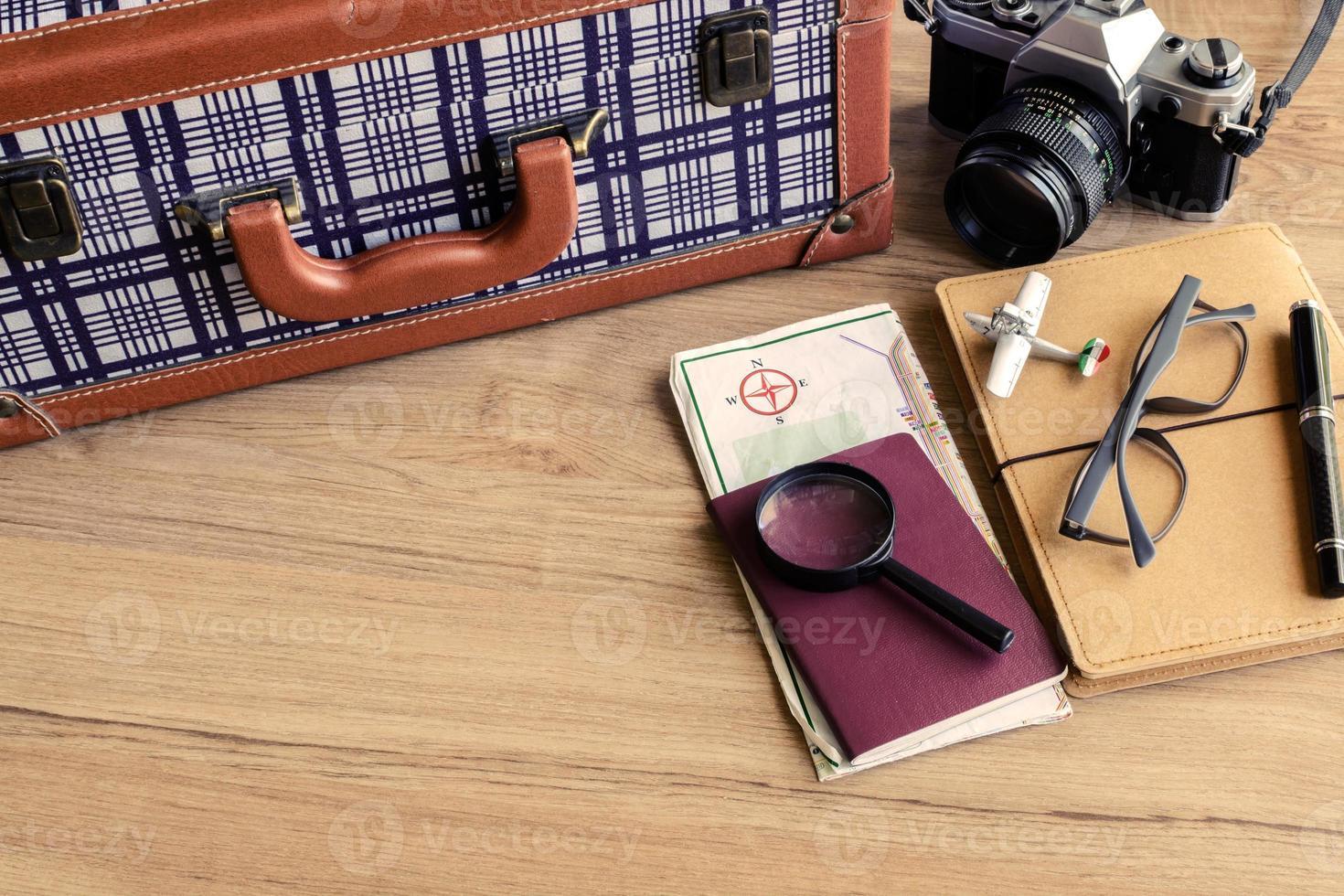 vestito del viaggiatore su fondo in legno foto