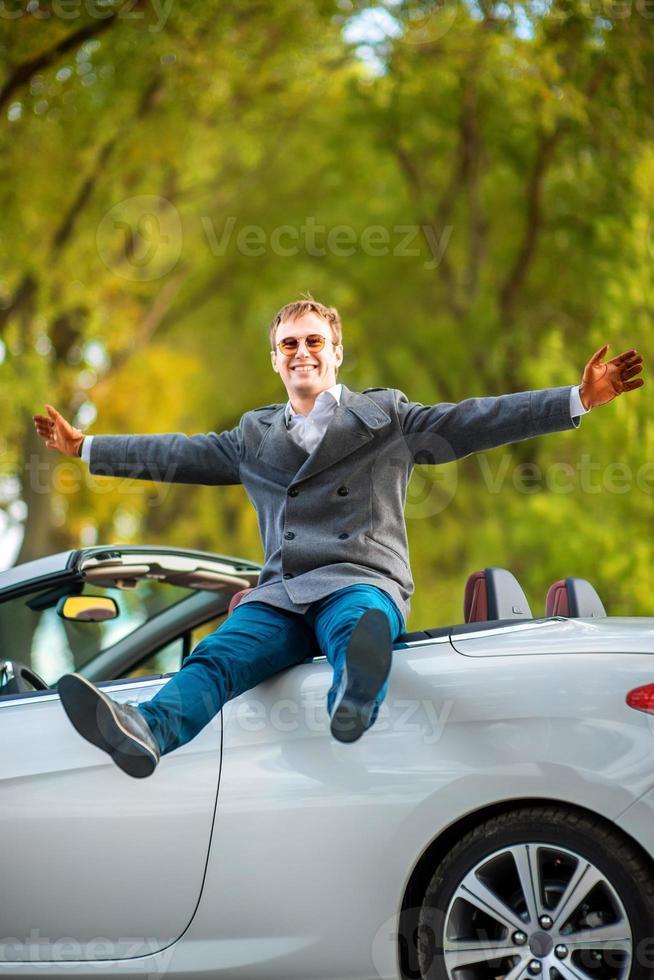 uomo in macchina bianca foto
