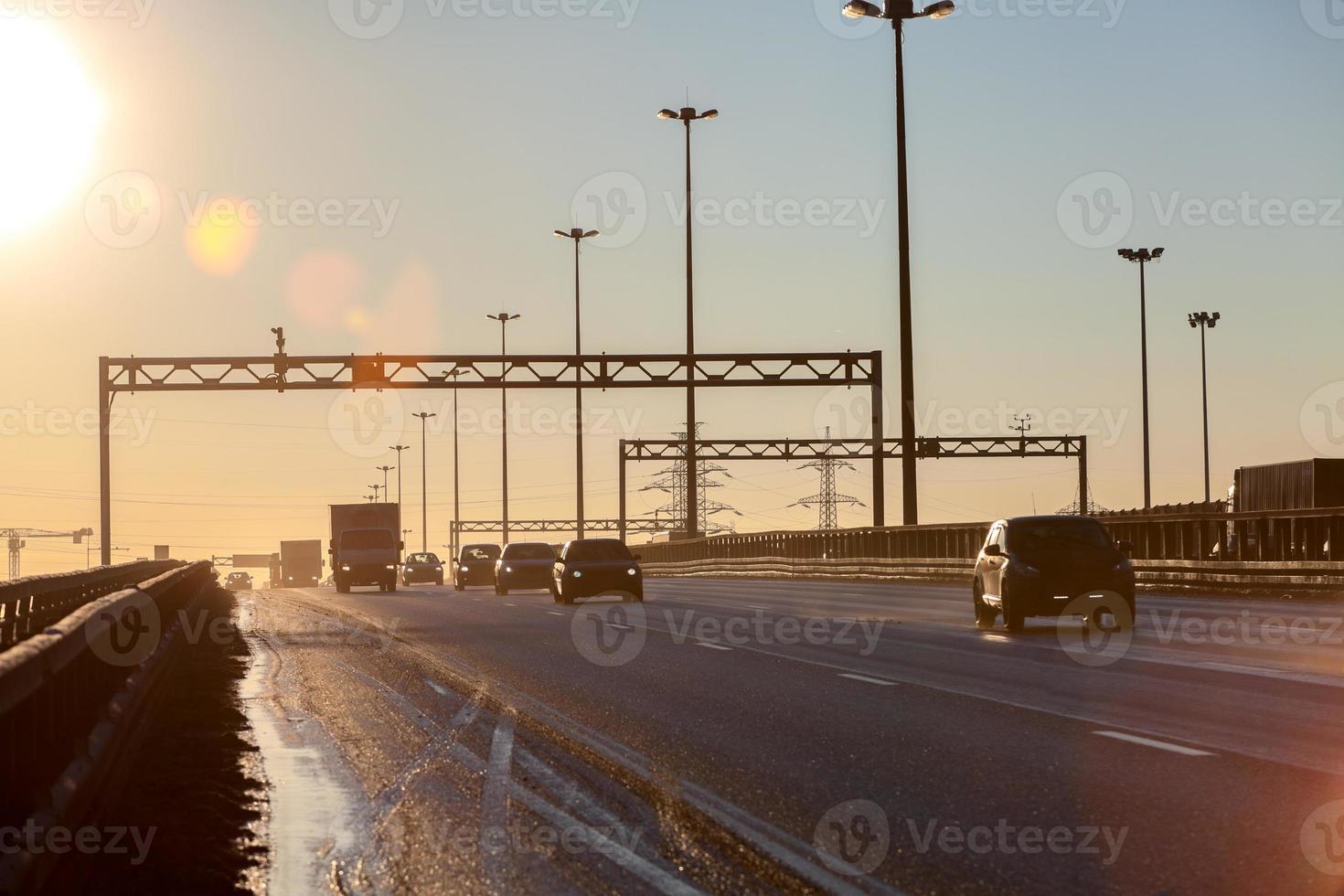 tangenziale con sagome di automobili durante il tramonto foto