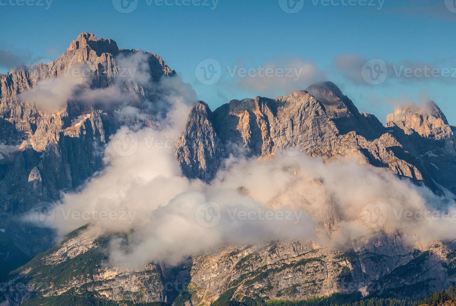 gruppo del cristallo catena montuosa al mattino nebbioso d'estate foto