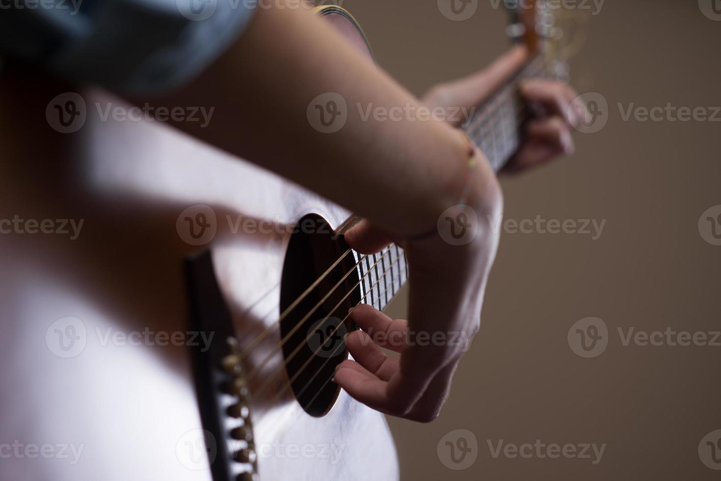 le mani del chitarrista si chiudono foto