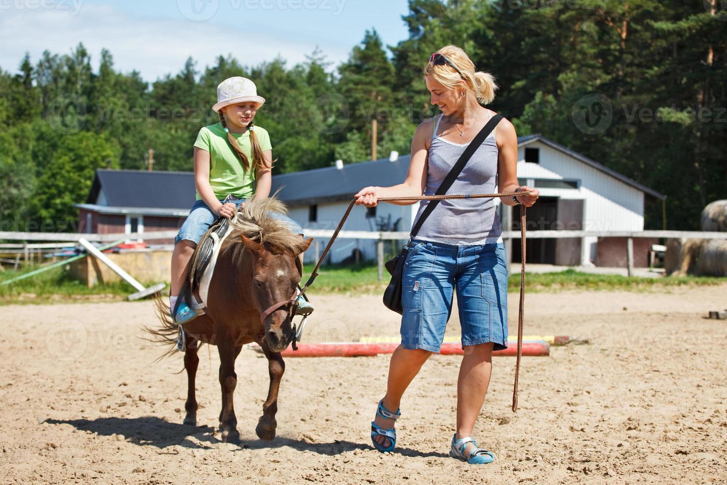 piccolo pony a cavallo foto