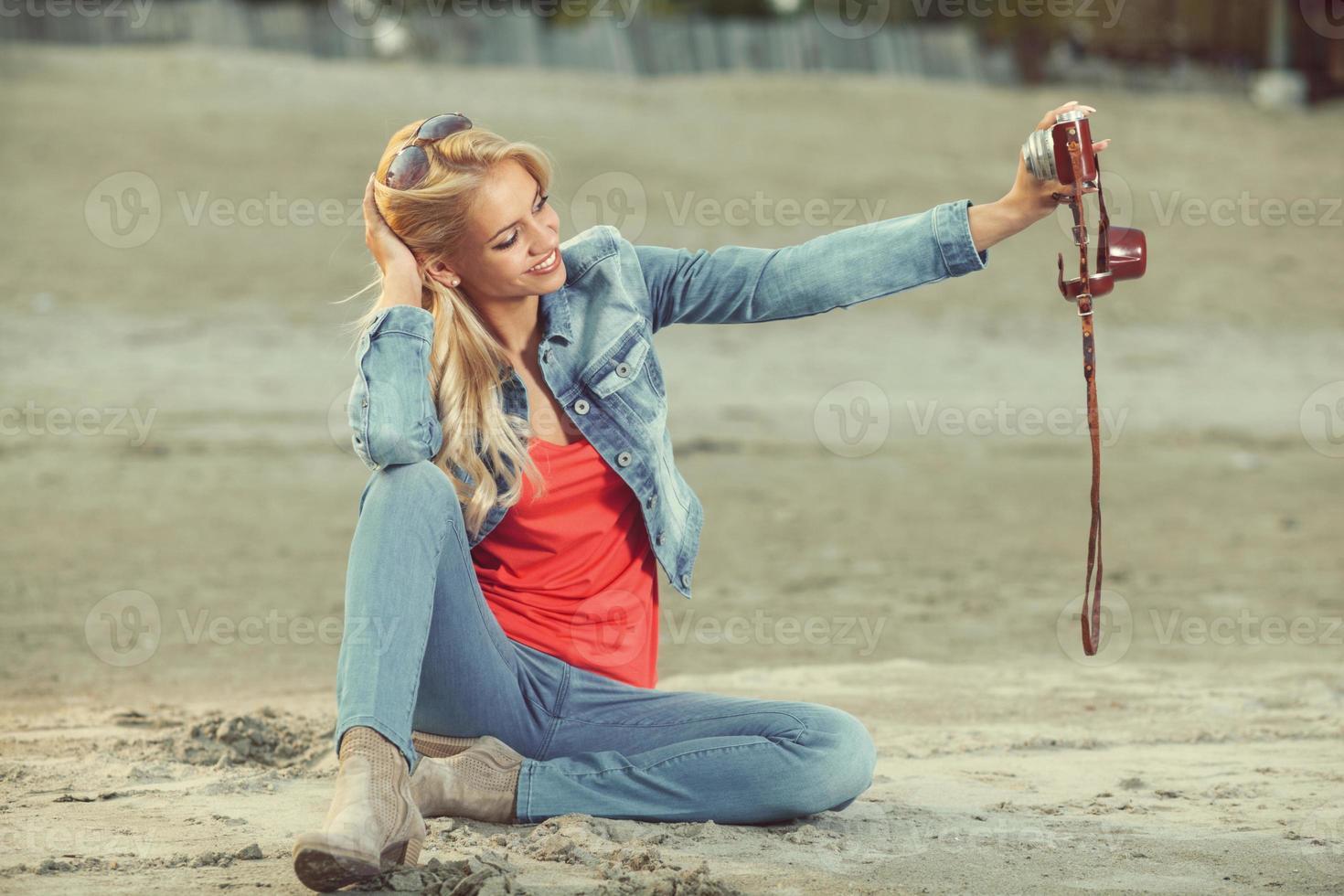 selfie con fotocamera analogica foto