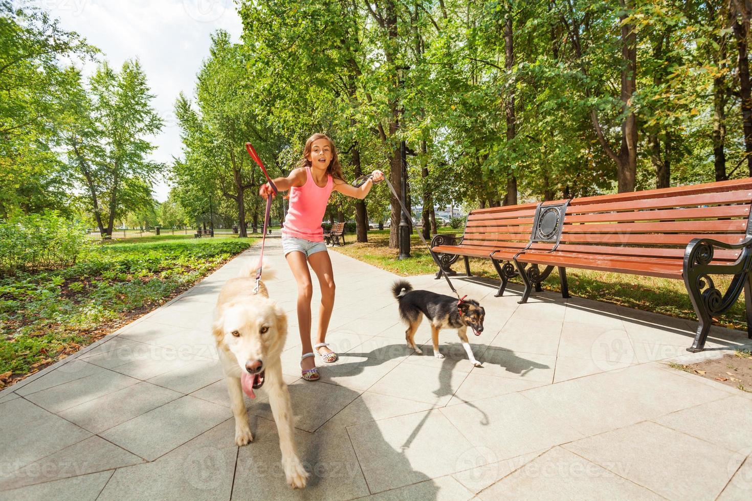 ragazza adolescente con scappando cani foto