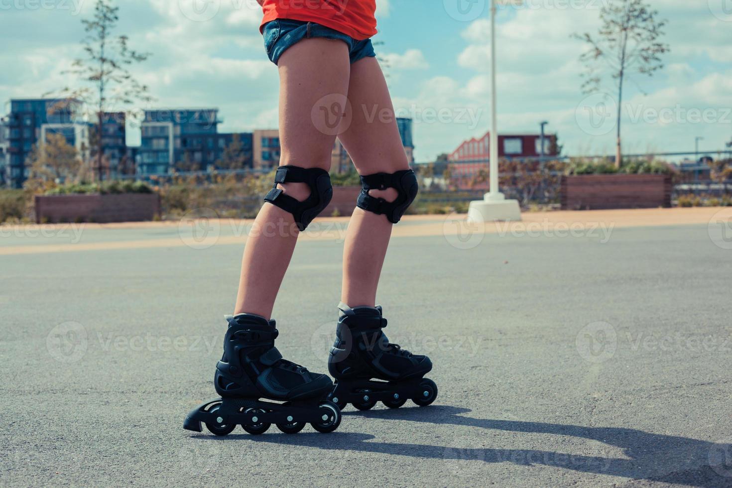 donna con i rollerblade sulla giornata di sole foto