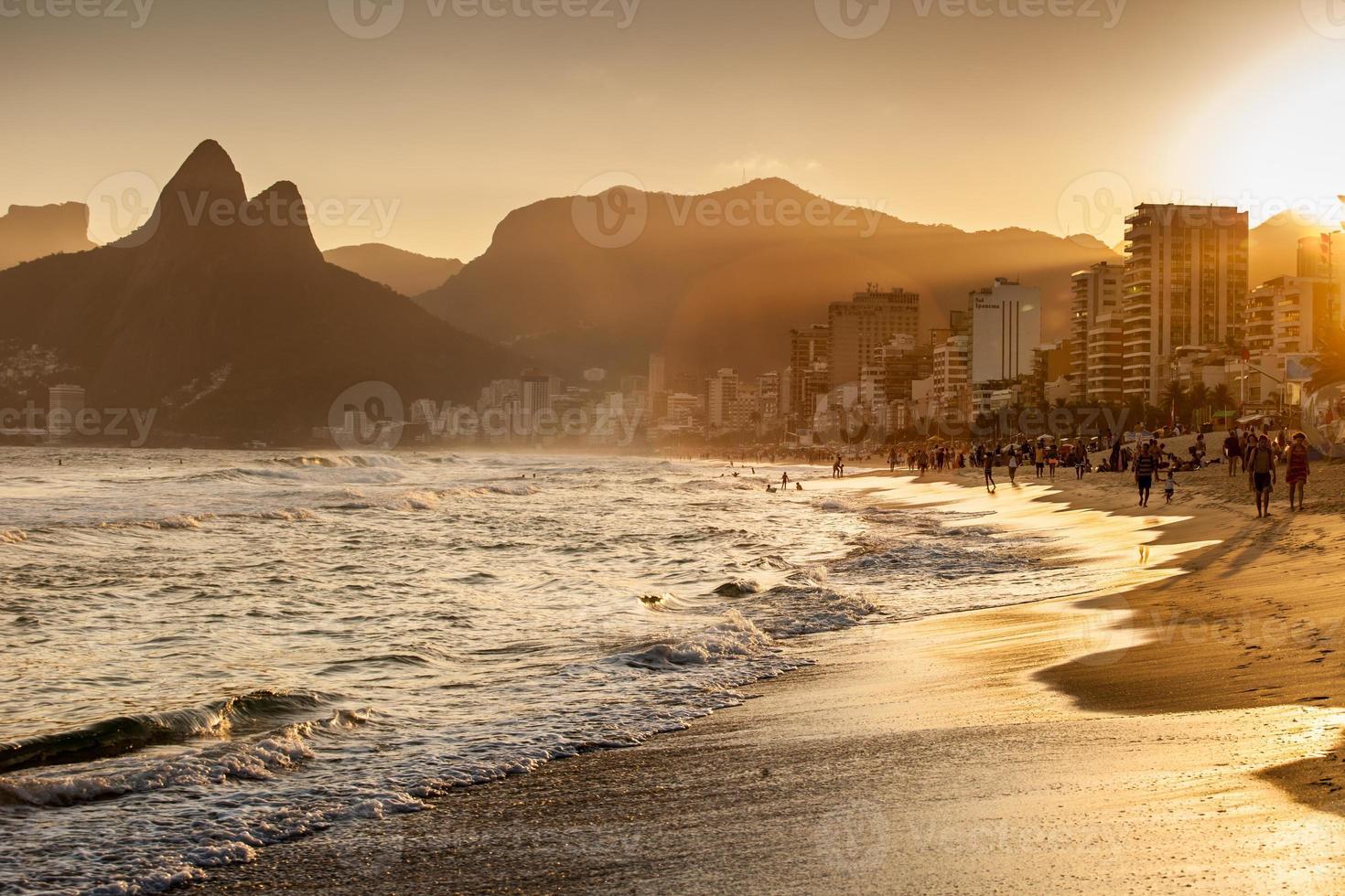 vista della spiaggia di ipanema la sera, brasile foto