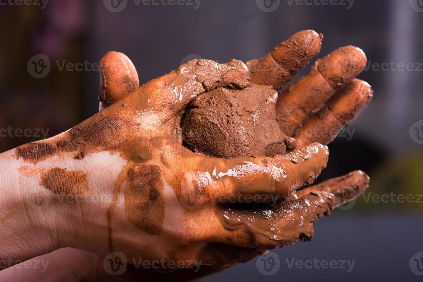 primo piano delle mani di un vasaio con argilla foto