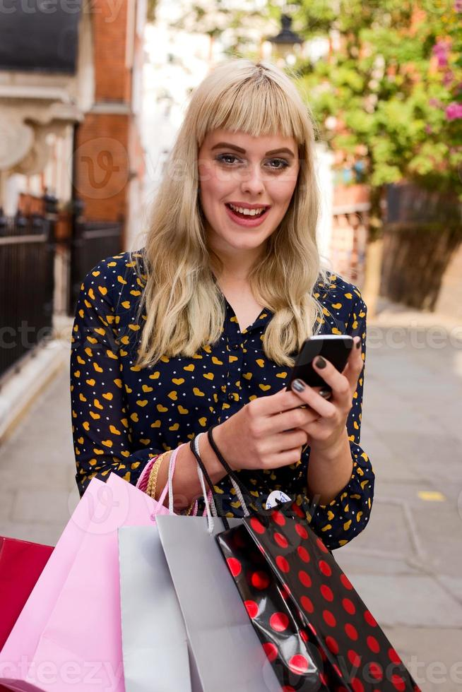 telefono e borse della spesa foto