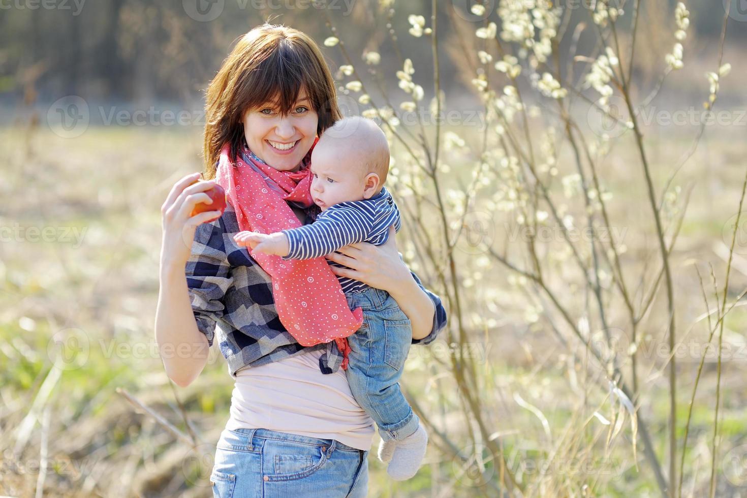 donna con il suo piccolo bambino foto
