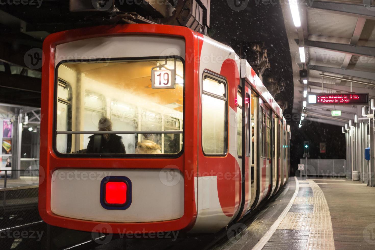 Schwebebahn treno Wuppertal Germania in una sera d'inverno foto
