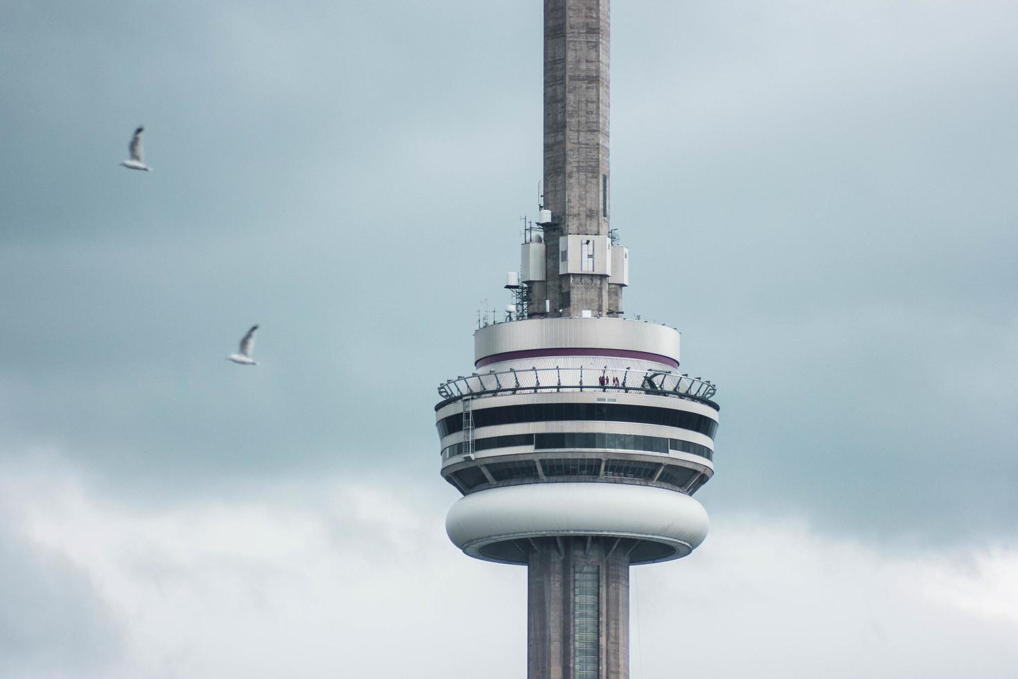 ontario, canada, 2020 - cn tower in una giornata nuvolosa foto