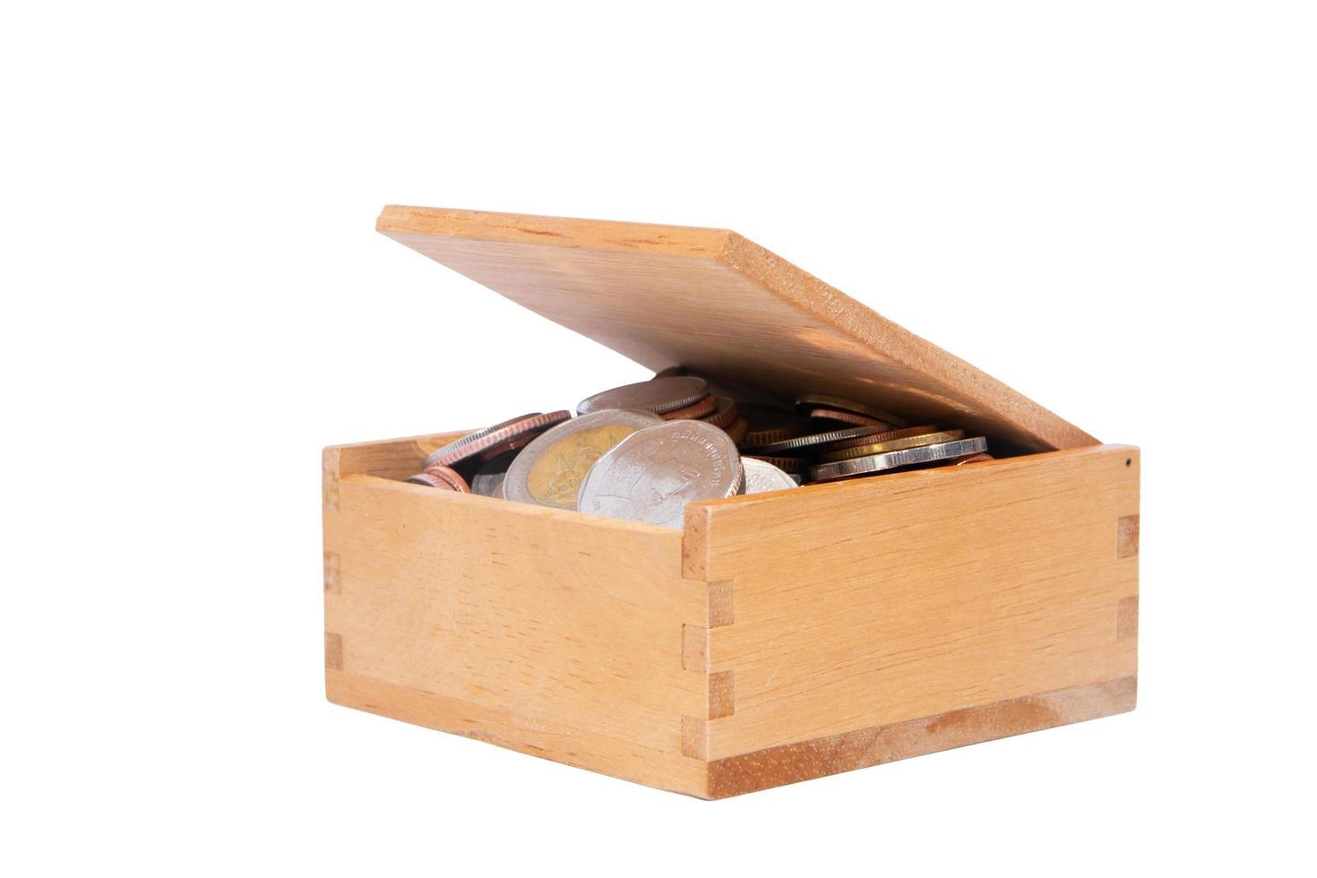 monete in una scatola di legno foto