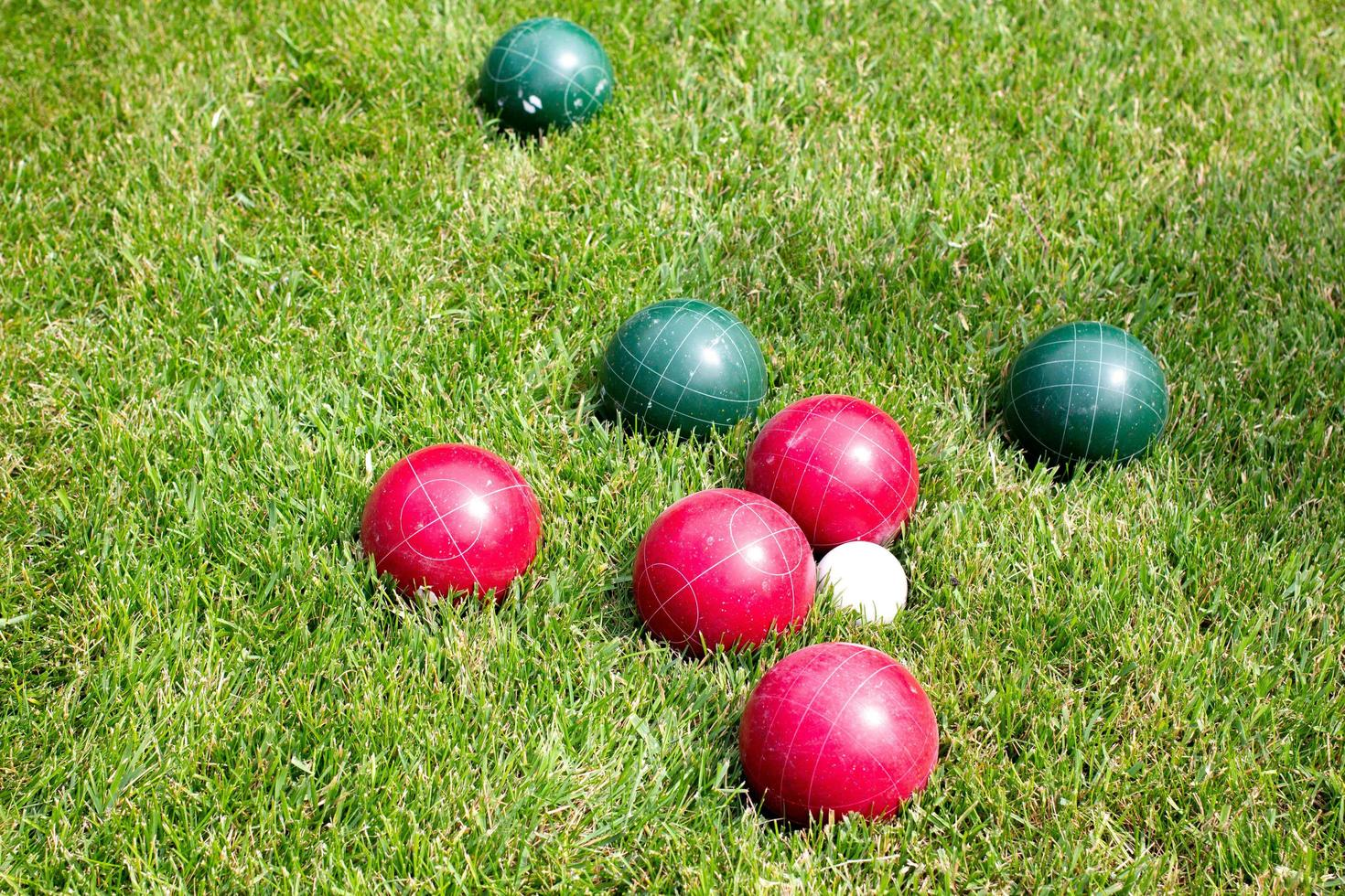 palle da croquet sull'erba soleggiata foto