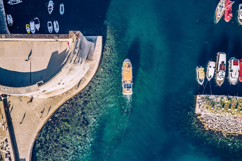 fotografia aerea di barche colorate e yacht sulle acque tropicali foto