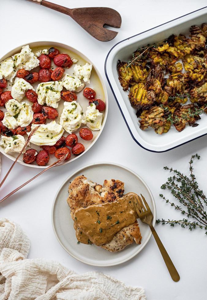 pasto fresco con pomodori ed erbe aromatiche foto